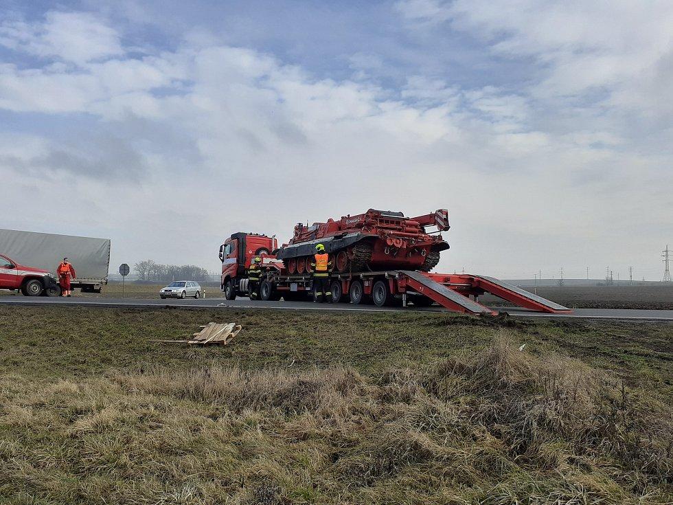Těžká technika pomáhala při vyprošťování havarovaných nákladních vlaků u Otrokovic.