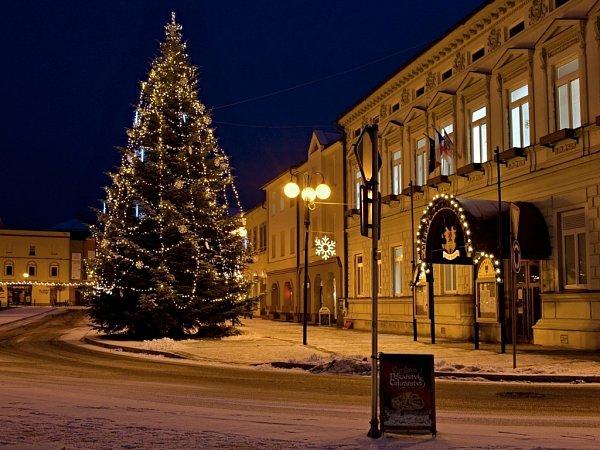 Jedenáctimetrovou jedli věnovala letos rožnovské radnici Božena Ryglová změstské části Tylovice. Ve městě tato tradice, kdy vánoční strom věnuje radnici někdo zmístních lidí, trvá již patnáct let.