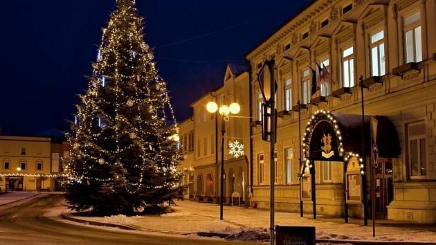 Jedenáctimetrovou jedli věnovala letos rožnovské radnici Božena Ryglová z  městské části Tylovice. 8f403fe105
