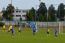 Fotbalisté Tečovic (ve žlutých dresech)