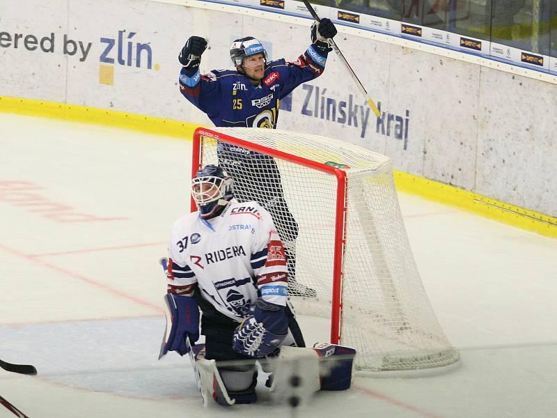 Extraligoví hokejisté PSG Berani Zlín (v modrém) ve 4. kole v pátek na svém stadionu hostili v derby ostravské Vítkovice. Na snímku první branka Zlína, raduje se Kubiš.