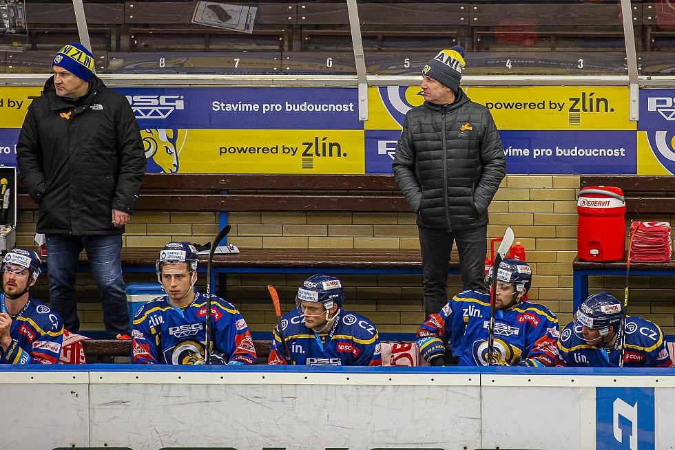 Extraligoví hokejisté PSG Berani Zlín (v modrém) v rámci 43. kola doma vyzvali Pardubice. Na snímku lavička Zlína, trenéři Svoboda a Hamrlík.