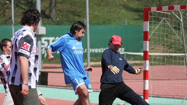 GÓÓL! Ruda Šebek z týmu Climber střílí jeden z pěti branek do sítě FC Mokrá.