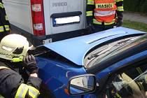 Srážka tří aut, žena ve škodovce se zranila