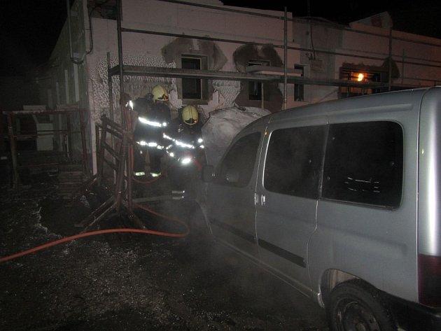 Díky rychlému zásahu profesionálních hasičů se podařilo zabránit větším škodám na majetku.