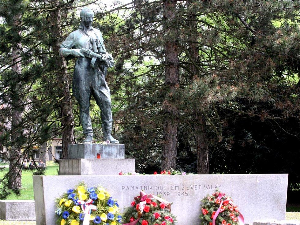 Pomník obětem 2. svět. války od sochaře Vincenta Makovského ve Zlíně. Ilustrační foto.