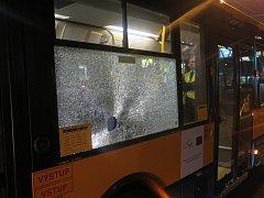 Pachatel hodil po autobusu ve Zlíně kámen, rozbil okno vozu