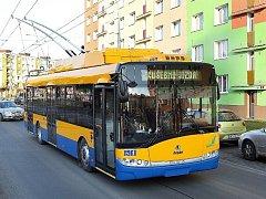 Trolejbus s alternativním elektrickým pohonem na zkušebních jízdách v Plzni.