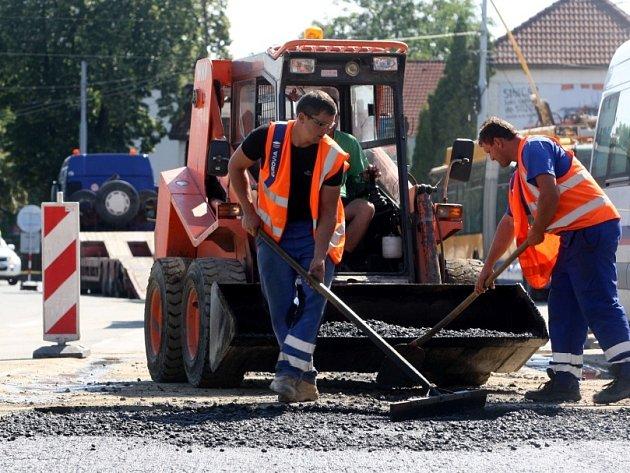 Oprava silnice po havárii vody na křižovatce v Kvítkovicích.