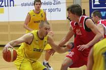 Zlínští basketbalisté (ve světlém) lídra soutěže nepřekvapili. Sparta s přehledem vyhrála.