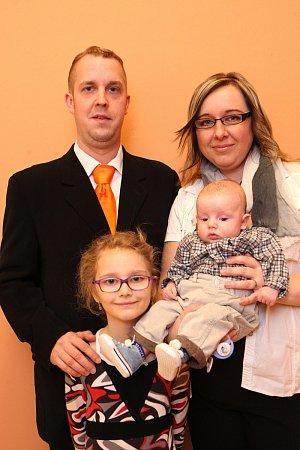 Vítání dětí na radnici ve Zlíně.  Michal Barinka a Iva Barinková sdcerou Lucií a synem Vítem.