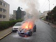 Auto nečekaně vzplálo! Řidička zvládla vystoupit.