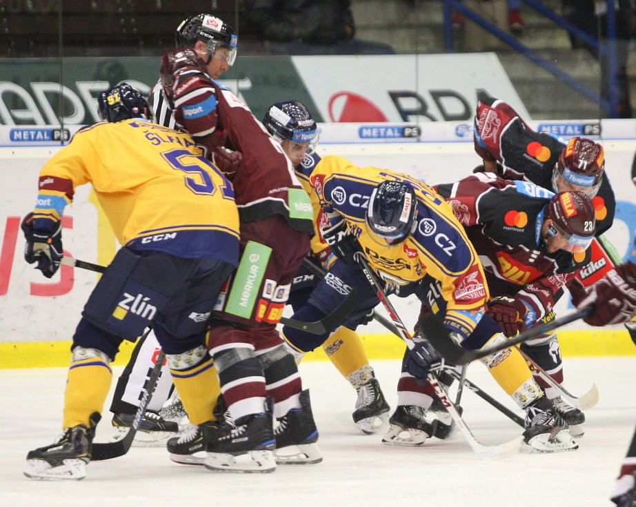 Extraligoví hokejisté PSG Berani Zlín (ve žlutém) v úterní předehrávce 11. kola podlehli pražské Spartě.