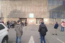 Fanoušci před stadionem