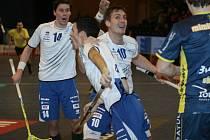 V semifinále Českého poháru florbalisté Panthers Otrokovice (v bílém) ve zlínské hale vyzvali FBC Ostravu.