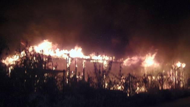 Rozsáhlý požár dřevěné skladovací haly v Otrokovicích.
