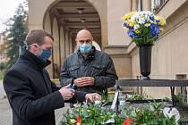 Primátor Jiří Korec a náměstek primátora Aleš Dufek zapalují svíčku na pietním místě.