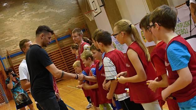 Sazka olympijský víceboj. Petr Pilát s dětmi. Ilustrační foto