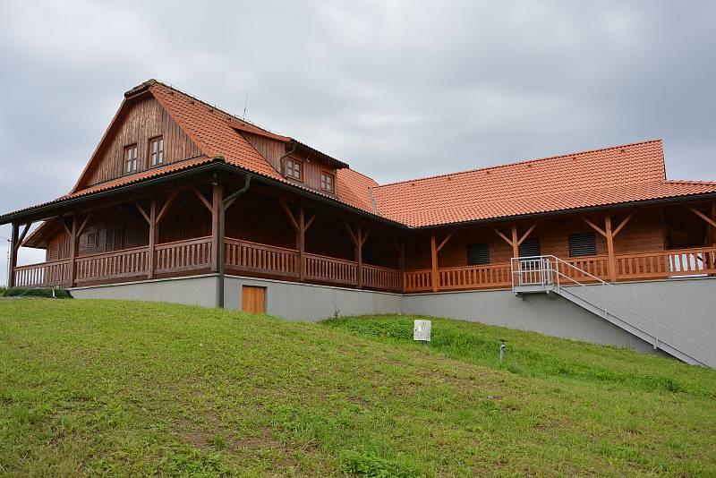 Vesničce Újezd na Zlínsku chybí podle místních snad jen moře. Na snímku z 26. srpna 2021 nově zrekonstruovaná budova u vleku.