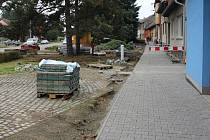 V Tlumačově dělníci opravují chodníky, čímž tak pěší musí částečně chodit po silnici. Navíc lidé kvůli opravě přilehlých vjezdů nemohou ani parkovat svá auta doma, ale povětšinou tudíž na cestě.