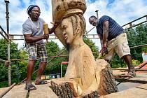 AFRICKÁ ŽENA. Sochu ženy se džbánem na hlavě a dítěten na zádech začali tvořit řezbáři z Gabonu Jean de Dieu Mayombo a Joseph Landry Moubele Bingou-Lou.