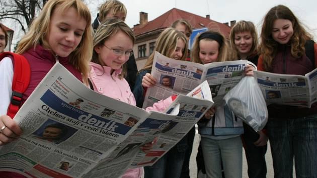 Copak dnes píšou? Ve včerejším vydání Zlínského deníku si početla i tato děvčata.
