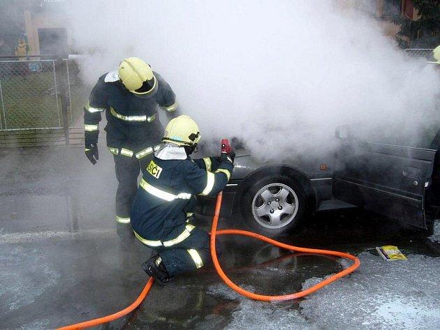 Během jedné hodiny hořela v pátek 14. ledna ve Zlínském kraji hned tři auta. U všech případů stanovil vyšetřovatel jednu příčinu. Tou byly technické závady.