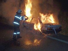 Hasiči u požáru auta u Želechovic nad Dřevnicí