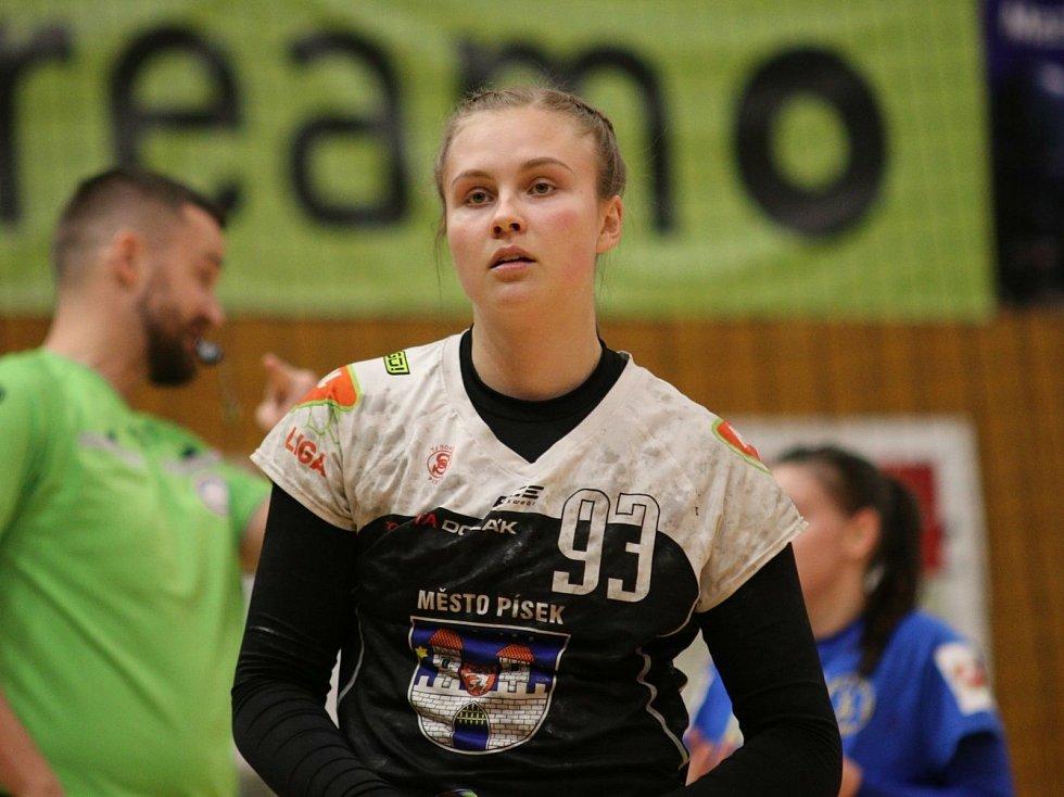 Interligové házenkářky Zlína (v modrém) ve 2. kole české skupiny play-out doma nečeakně vysoko podlehly rivalkám z Písku (19:29).