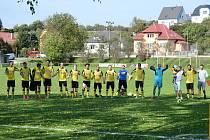 Fotbalisté Tečovic (ve žluto-černých dresech) doma našli recept na Admiru Hulín.