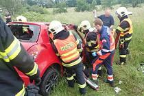 Srážka tří vozidel si vyžádala u Lípy na Dřevnicí na Zlínsku vážné zranění jedné osoby.Foto zdroj: HZS ZLK.