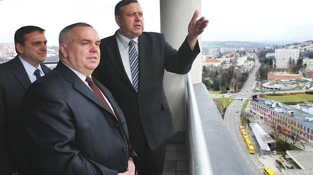 Tak to je Zlín. Hejtman Zlínského kraje Stanislav Mišák (zcela vpravo) ukazuje vedoucímu Konzulátu Ukrajiny v Brně Jaroslavu Stepanovyči Asmanovi (uprostřed) panorama Zlína.