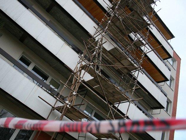 Rekonstrukcí v těchto dnech prochází i panelový dům  v Javorové  ulici na sídlišti Jižní Svahy ve Zlíně.