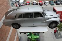 Stěhování a spouštění tohoto slavného vozu pomocí nakladače ze třetího patra přihlíželi desítky lidí.
