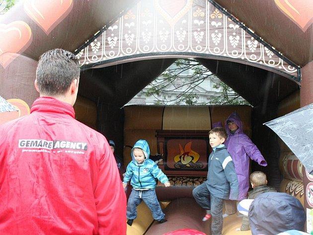 Program pro děti poznamenal vytrvalý déšť i v den jejich svátku. Přesto jich desítky přebíhaly na zlínském náměstí Míru od jedné atrakce ke druhé.