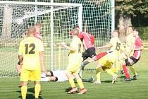 Fotbalisté Kvasic (v červeném) v 10. kole krajského přeboru naplno potvrdili roli favorita a před svými fanoušky jasně 4:0 porazili Nedašov.