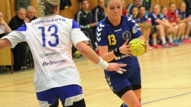 Házenkářky Veselí nad Moravou (v bílém) prohrály v derby se Zlínem 21:23 a výrazně si zkomplikovaly boj o postup do play-off.