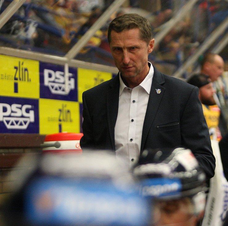 Extraligoví hokejisté PSG Berani Zlín (ve žlutém) v úterní předehrávce 11. kola podlehli pražské Spartě. Trenér Antonín Stavjaňa.