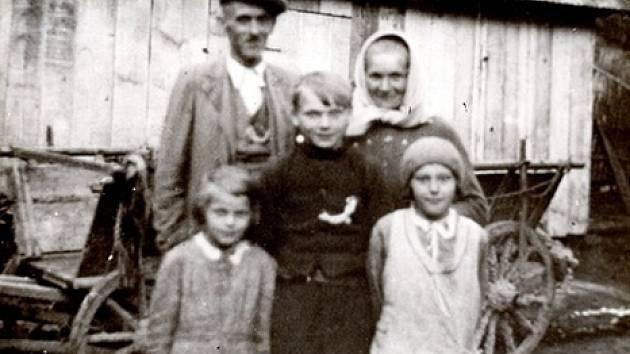 Rodina Juříčkova před stodolou.