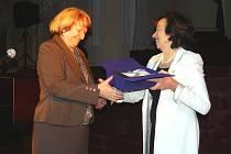 Lívia Klausová (vpravo) předává otrokovické starostce Radoslavě Matuszkové ocenění za nejlepší bezbariérové město.