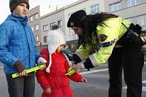 Strážnici městské policie rozdávají reflexní pásky u přechodu pro chodce ma třídě T. Baťi.