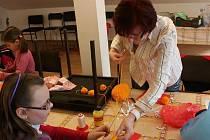 Sobotní dopoledne v Halenkovicích již potřetí patřilo dospělým a dětem, kteří společnými silami vytvářeli výrobky pro první ročník Velikonočního jarmarku, který pořádá tamní folklórní kroužek Pláňata spolu s tamní mateřskou školkou.