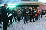 Připomínka 17. listopadu ve Zlíně. Studenti a ostatní veřejnost se sešli před Univerzitním centrem, odtud všichni vyrazili v průvodu k pamětní desce obětem totalitních režimů na náměstí Míru ve Zlíně.