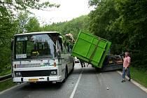 Nehoda - špatně zajištěné kontejnery se sesunuly na autobus.