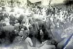 DEŠNÁ, POHŘEB RODINY OŠKERŮ. V noci 1. 5. 1945 byli v zámeckém parku ve Vizovicích Oškerovi po jednom zastřeleni ranou do týlu a lehce zahrabáni do kulometného krytu. Společně pak byli odvezeni k Janu Oškerovi a pohřbeni ve společném hrobě.
