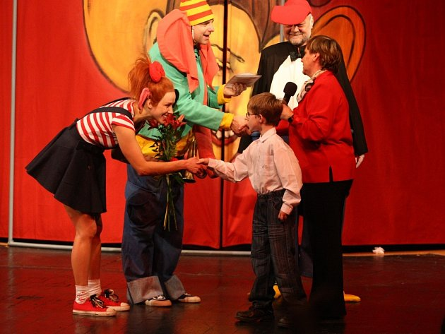 Opička Žofka rozdávala výtěžek prosincové divadelní dražby.