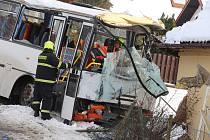 Nehoda autobusu , který naboural rodinný dům v Haluzicích.