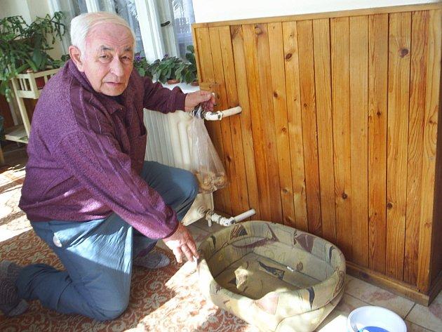 Majitel Alois Klačánek ukazuje pelíšek, do kterého Filip každý večer uléhal.