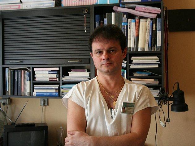 Primář novorozeneckého oddělení Krajské nemocnice Tomáše Bati Jozef Macko působí ve svém oboru mnoho let.