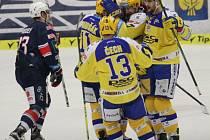 Extraligoví hokejisté Zlína (ve žlutém) ve 44. kole v neděli hostili nováčka z Chomutova. Na snímku gól Šťatsného.